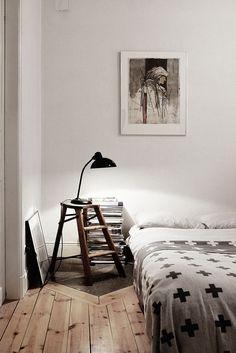 Table de chevet dans la chambre / nightstand in bedroom