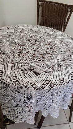 Enfim pronta !!!   Minha toalha em crochet ficou linda !!!   Desculpem a minha falta de modéstia, mas o resultado final me agradou muit...