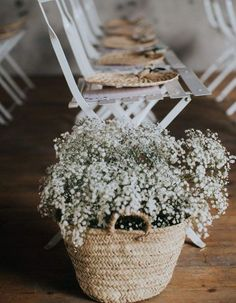 Drop baskets filled with baby& breath to bloom the wedding ceremony. Déposer des paniers remplis de gypsophile pour fleurir la cérémonie de mariag… Drop baskets filled with baby& breath to bloom the wedding ceremony without huge budget Diy Wedding, Wedding Ceremony, Wedding Flowers, Green Wedding, Wedding Ideas, Rustic Wedding Centerpieces, Wedding Decorations, Elle Decor, Wedding Designs