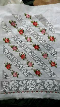 Shirt sleeves punto de cruz paso a paso Folk Embroidery, Hand Embroidery Designs, Embroidery Patterns, Cross Stitch Rose, Cross Stitch Flowers, Love Crochet, Knit Crochet, Drawn Thread, Sewing Techniques