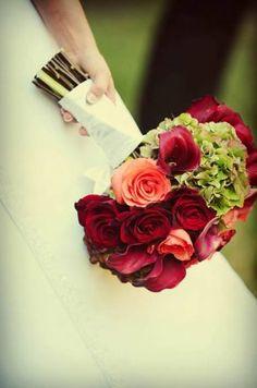 Charme e elegância: buquê de noiva redondo com flores vermelhas [25]