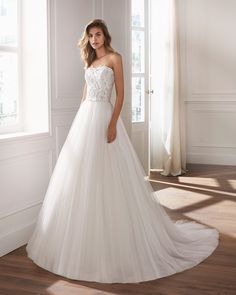Lace and tulle princess-style wedding dress. Strapless neckline and embroidered bodice of beaded lace. Deb Dresses, Bridal Dresses, Wedding Gowns, Wedding Day, Wedding Things, Vestidos Deb, Anna, Tulle, Bridal Gallery