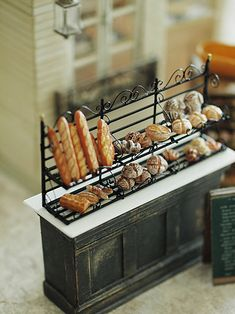 miniature* アイアン風ラック。オリジナルな方法でつくってみました。パリにあるパン屋さんのラックを真似て。昨日は、娘の幼稚園時代からの友人3人が遊...