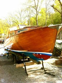 Mahogany from 1957, designed by Einar Runius. The boat is equipped with a V8 and maxes 25 knots, cruising speed 17 knots. 7.60 x 2.05 meters. Ruff with 2-3 berths. Same owner for 40 years. Sweden.