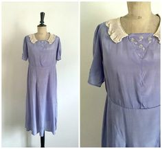 • Antique midi summer lavender taffeta dress of young woman, circa 1930s. Unlined. Slip dress , no closing. Wonderful sewing work of small short sleeves. Straight cut, slightly flared cut on the bias. Typical of the 30s. Small V-neck decorated with small flowery white embroideries. Small pleated collar in chiffon. Recommended for small arms.  • Brand: No brand, handmade by a seamstress of the time. Condition: Good vintage condition. Some small snags, see last photo.  • Fits like : S •…