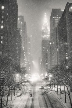 New York Winter - Snow and the Chrysler Building - New York City on a winter night in the snow overlooking the Chrysler Building and Street in midtown Manhattan. New York Winter, New York Snow, Winter Szenen, Winter Night, New York City, Snow Night, Snow Photography, Chrysler Building, City Aesthetic