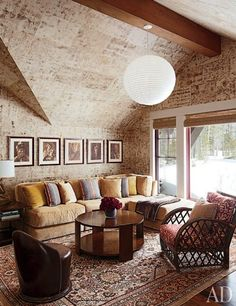 Persian rug with textured walls in a country living room #rustic #decor