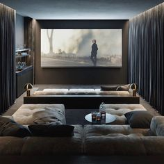 sala home theater 4 Guides to Organize Your Living Room Theater, Home Theater Room Design, Movie Theater Rooms, Home Cinema Room, Movie Rooms, Movie Theater Basement, Bed Cinema, Luxury Movie Theater, Home Theatre, Theater Room Decor