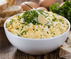 Klassischer Eiersalat - RezeptClassic Egg Salad Recipes is One Of Liked Salad Recipes Of Many People Across the World. Deviled Egg Salad, Sriracha Deviled Eggs, Devilled Eggs Recipe Best, Deviled Eggs Recipe, Old Fashioned Egg Salad Recipe, Egg Recipes, Salad Recipes, Sandwich Recipes, Drink Recipes