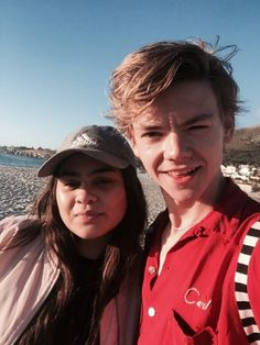 Thomas Brodie-Sangster with a fan today in Cape Town, March 2nd, 2017. Pinned by @lilyriverside - They are starting filming on Monday, March 6