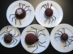 Halloween is a time to get spooky and have a little fun! Nothing is more spooky than Halloween Spiders. Create a Spooky fun Halloween month with these halloween spider treats and decorations, Halloween will never Halloween Desserts, Bolo Halloween, Halloween Torte, Postres Halloween, Halloween Themed Food, Halloween Spider, Halloween Treats, Holiday Treats, Halloween Fun