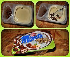 Monte WAFFLE STICK to połączenie mlecznego kremu z czekoladą, orzechami laskowymi oraz pysznymi ciasteczkami oblanymi delikatną, mleczną czekoladą. To jeden z 8 wariantów smakowych popularnego Monte z dodatkami. Monte WAFFLE STICK to fantastyczne rozwiązanie, które dostarczy każdemu dużą dawkę energii, słodyczy, a także zabawy, bowiem można je jeść na różne sposoby :)  Monte WAFFLE STICK nie da się nie lubić!