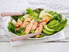 Mausta lohifilee inkiväärillä ja makealla chilikastikkeella. Tarjoa salaatin, avokadon ja muiden hedelmien kanssa, pirskota päälle limetin mehua. Katso raikkaan ja hedelmäisen salaatin ohje – tällä saat vaihtelua lohiruokiin. Tuna, Green Beans, Salad Recipes, Goodies, Keto, Fish, Vegetables, Cooking, Drinks