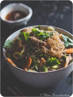 Glasnudelsalat mit Hühnchen Spicy Recipes, Asian Recipes, Cooking Recipes, Ethnic Recipes, Massaman Curry, Peking Duck, Famous Recipe, Bulgogi, Chinese Restaurant