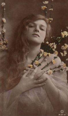 Gladys Cooper, 1900s