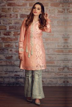 Indo western dress for womens Pakistani Fashion Casual, Pakistani Dresses Casual, Pakistani Wedding Outfits, Pakistani Dress Design, Indian Dresses, Indian Outfits, Pakistani Party Wear, Indian Clothes, Western Dresses