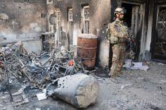 イラク西部アンバル(Anbar)州の州都ラマディ(Ramadi)で、反政府勢力との戦闘中、火災に遭った住宅の外に立つ治安部隊の隊員(2014年5月21日撮影、資料写真)。(c)AFP/AZHAR SHALLAL ▼8Jun2014AFP|イラクの国内避難民、戦闘激化で48万人近くに UNHCR http://www.afpbb.com/articles/-/3017079 #Ramadi