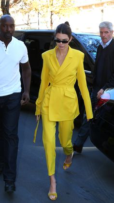 Share This Style Yellow Fashion, Suit Fashion, Fashion Dresses, Womens Fashion, Paris Fashion, Estilo Kardashian, Kardashian Style, Fashion Week 2018, Donatella Versace