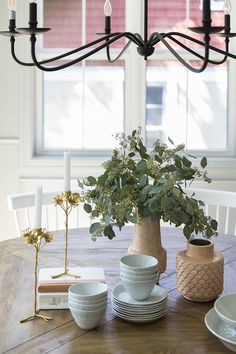 Dining Table Decor Easy ideas for everyday Dining Table Decor Dining Table Decor Dining Room Paint, Dining Room Furniture, Dining Chairs, Dining Rooms, Decorating Coffee Tables, Porch Decorating, Dining Table Decor Everyday, White Beveled Subway Tile, Beautiful Home Designs
