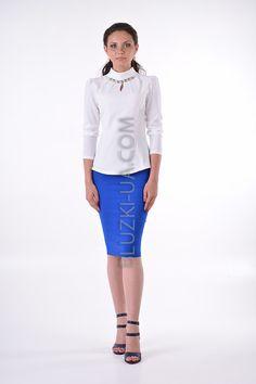 c6360dafc24 Белая блуза с высоким воротником-хомут и украшением из камней