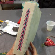 Agora no nosso atelier ensinamos algumas técnicas de encadernação manual, com costura expostas, em cadernos revestidos de tecido.        ...