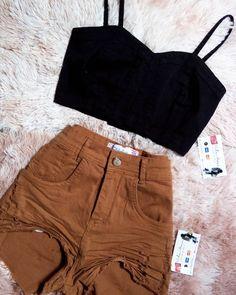 AQUELE SHORT QUE TÁ NA TENDÊNCIA❤ CROPPED JEANS PRETO✨TAM.P✨R$ 35,00 SHORT JEANS HOTS✨TAM. 34 AO 38✨R$59,98 +INFORMAÇÕES(81)99765.0823 Av.Barreto de Menezes N•763A Próximo Pague menos, Prazeres Casual School Outfits, Teen Fashion Outfits, Cute Summer Outfits, Cute Casual Outfits, Cute Fashion, Fashion Looks, Cropped Jeans, Short Jeans, Mode Rockabilly