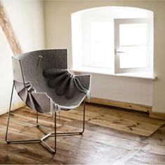 Fotel powstał z inspiracji ubiorem oraz detalami krawieckimi: bufami i plisowaniem. Jest to próba znalezienia wykroju na mebel, poszukiwanie nowego rozwiązania, które zastąpiłoby tradycyjną tapicerkę. Projekt opracowany przez MOWOstudio.