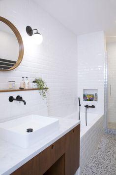 Anne-Sophie voulait absolument retrouver le terrazzo de son enfance. Il fut donc posé au sol tandis qu'on habillait les murs de l'ancien couloir transformé en salle de bain avec la très parisienne faïence du métropolitain. Puis, les détails ont parfait la scénographie : robinetterie noire Cristina Ondyna, miroir de chez La Redoute Intérieurs et toujours le coup de cœur d'Anne-Sophie, les appliques Cedar & Moss. #bathroom #salledebain #sdb #deco #design #épuré #blanc #terrazzo