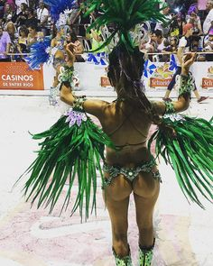 Carnaval de Gualeguaychú 2018 #carnaval #fiesta #plumas #feather #chic #sexy #black #shiny #sequin #dance #costume #ass #green #angel