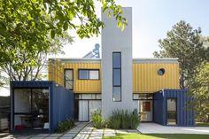 A primeira casa container brasileira abriga, com conforto, o arquiteto Danilo Corbas, sua esposa e, claro, seus cachorros e gatos