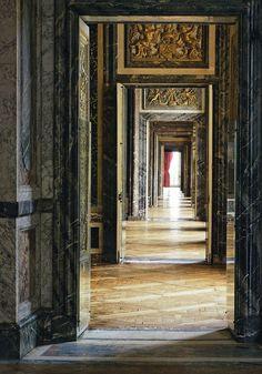 L'enfilade du Grand Appartement du Roi depuis le Salon d'Hercule