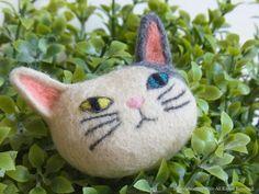 猫のブローチ キナリ×灰色 - ヒツジフエルト縮絨室 ヒロタリョウコ[ Cat Brooch by Felt Fulling Labo-Ryoko Hirota] 20150609