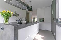 Maatwerk MDF wit gespoten keuken - greeploos - beton ter plaatse gegoten, doorlopend in zijwanden - The Living Kitchen by Paul van de Kooi