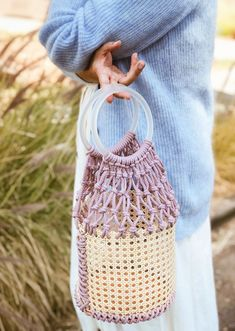 I recently stumbled upon a gorgeous raffia bucket bag and fell in love. Raffia, fringe, and straw bags? It's a trifecta of summertime DIY goodness. Bucket Bag, Diy Sac, Macrame Purse, Diy Mode, Marc Jacobs Handbag, Diy Handbag, Wholesale Handbags, Macrame Projects, Diy Projects