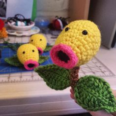 It's bellsprout! No pattern Pokemon Crochet Pattern, Amigurumi Patterns, Crochet Patterns, Knit Or Crochet, Crochet Toys, Pokemon Craft, Toy Craft, Crochet Animals, Plush Dolls