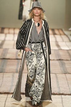 The complete Etro Spring 2017 Ready-to-Wear fashion show now on Vogue Runway. Daily Fashion, Moda Fashion, Fashion 2017, Runway Fashion, Spring Fashion, High Fashion, Fashion Show, Womens Fashion, Fashion Design