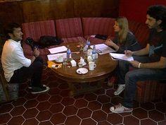 Diego Torres, Carola Reyna y el director Gabriel Nesci ensayando para Daños Colaterales, el nuevo especial de ficción de @fundhuesped