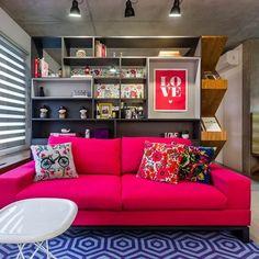 """""""...Neste projeto das designers de interiores @andreamurao e @simonemarques o modelo da Firmato Casa recebeu linho pink. As almofadas são da Collector 55. Fotos: Edu Castello/Editora Globo #color #colors #pink #nósamamoscor"""""""
