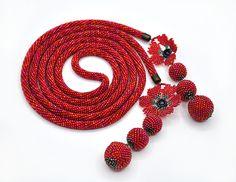 Жгут-лариат из бисера Красные гвоздики
