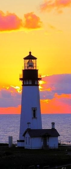 Leuchtturm im Sonnenuntergang ...