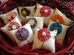 little yo-yo sachet pillows Quilting Projects, Craft Projects, Sewing Projects, Fabric Crafts, Sewing Crafts, Diy Crafts, Handmade Christmas Gifts, Handmade Gifts, Yo Yo Quilt