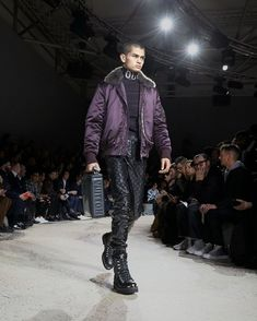 A look from the Louis Vuitton Fall-Winter 2018 Fashion Show by Kim Jones. See all the looks now at louisvuitton.com. Fashion Show, Mens Fashion, Fashion Trends, Winter 2018 Fashion, Mens Fall, Winter Trends, Casual Wear, Fall Winter, Bomber Jacket