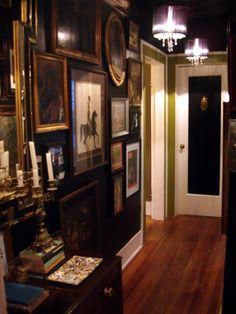 Eclectic dark hallway decor - Back Decor, House Styles, House Design, Dark Walls, Interior Design, Interior Spaces, Home Decor, House Interior, Space Apartments