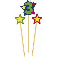 Prikker kaarsje cijfer 3. Set van 3 houten prikkers met kaarsje waaronder een prikker met het cijfer 3 en twee prikkers met een ster.