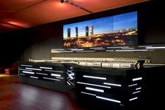 En el Sky Night del hotel Puerta de América se llevó a cabo un tratamiento de absorción acústica en toda la envolvente y en los pilares. Night Skies, Cabo, Flat Screen, Stairs, Sky, Home Decor, Wraparound, Hotels