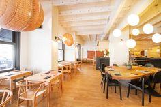 Fetén Sushi Bistro era la premisa de 2 jóvenes amigos para su primer restaurante. Un local con historia familiar situado en Castelldefels. #interiordesign #barcelona #castelldefels #wood  #bar #interiorismo #restaurant #chairs #white #black #lamps #fish #sushi #fetén #bistro #wicker