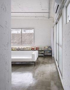 estrich-polierter Estrichboden für moderne Schlafzimmergestaltung im industrial style
