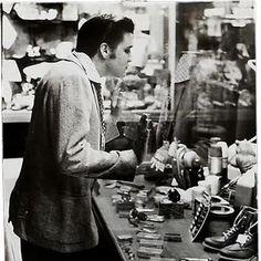 Elvis window shopping...