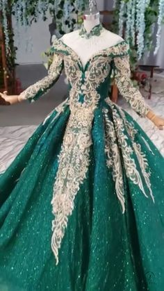 Christmas Green Party Dress Whatsapp: - Christmas Green Party Dress Whatsapp: Source by - Quince Dresses, Ball Dresses, Bridal Dresses, Prom Dresses, Green Wedding Dresses, 1950s Dresses, Vintage Dresses, Fantasy Gowns, Fantasy Hair