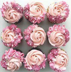 These pink rose cupcakes are so pretty!- Diese rosa Rosenkleinen kuchen sind so hübsch! These pink rose cupcakes are so pretty ! Oreo Cupcakes, Cupcakes Roses, Funfetti Cupcake Recipe, Pretty Cupcakes, Rose Cupcake, Baking Cupcakes, Cupcake Recipes, Cupcake Cakes, Quinceanera